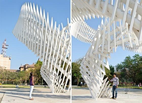 这是由印度事务所的LIVE architecture设计的一个十一米高的室外装置项目,这个项目的设计灵感来源于旋转的手纺车,这是一个代表当代印度社会及文化范畴的象征性元素。这个装置包括一系列三角形的框架,它雕塑般的形体,动感的结构在不同的观察视角下形成不同的形状。三个弯曲的体量充当这个装置的主要构架,它们使装置能够在回到9m x 9m底座之前在一个方向悬挑起来,每个三角形的单元都是独立独特的,它们代表了多样性中的统一性的概念,同时也代表了印度多文化的丰富性。   建筑设计:LIVE architec